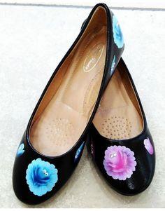 Μπαλαρίνα φτιαγμένη στο χέρι με τριαντάφυλλα, διακοσμημένα με κρυσταλλάκια σε διαφορετικές αποχρώσεις. Salvatore Ferragamo, Flats, Shoes, Fashion, Loafers & Slip Ons, Moda, Zapatos, Shoes Outlet, Fashion Styles