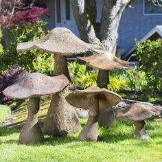 These cute ideas are perfect for your backyard! Summer is near and it's time to think about sprucing up the yard or garden with some fun yard art. Cement Art, Concrete Crafts, Concrete Art, Concrete Patio, Garden Crafts, Garden Projects, Garden Ideas, Diy Garden, Concrete Leaves