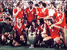 """Vivian """"Viv"""" Anderson (back row, left, Nottingham Forest FC, 328 apps, 15 goals) celebrates winning the 1980 European Champions Clubs Cup with Nottingham Forest. Rugby League, Uefa Champions League, Nottingham Forest Fc, American Football League, Association Football, European Cup, Vintage Football, Retro Football, Football Fans"""