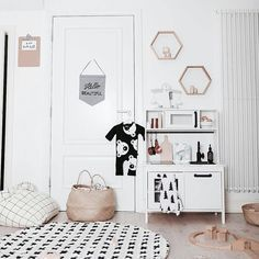 Linda from Live Loud Girl has a lot of talent to create a fresh, fun atmosphere in any kid's room. Here's an example: a beautifulroom for two little sisters who will be sharing a room. There is plenty of light, cheerful colours, and also fruit and animal motifs. There are different areas in this bedroom: …
