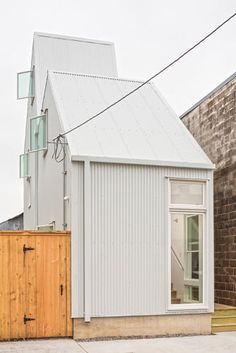 "OJT creates compact ""starter home"" for skinny site in New Orleans - Architecture Cabana, New Orleans Architecture, New Orleans Homes, Narrow House, Micro House, Starter Home, Level Homes, Metal Buildings, Prefab Homes"