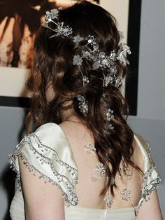 Who needs a veil when you could have small glitzy flowers through your tresses? #AnneHathaway #WeddingHair