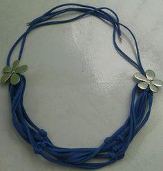 Collar de cuero azul con flores de metal y nudos , hermoso. $ 6.00 euros
