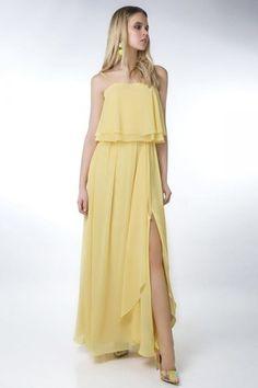 e2315a1cf03 Robe jaune maxi aux bretelles fines à volant   fente latérale pour mariage