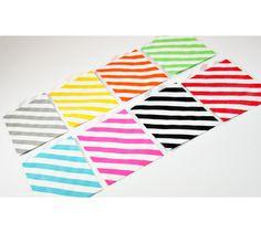 Leuke papieren zakjes verkrijgbaar in vrolijke kleuren. Leuk om kadootjes of traktaties in te verpakken. 7 x 10 cm. Verpakt in een set van 10 stuks. Sluit het zakje af met een stukje Masking Tape of een mooie sticker. Ook verkrijgbaar bij Bruut Wonen.