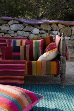 Great idea to use Mexican blankets to upholster outdoor seating - Home Decorating DIY Outdoor Seating, Outdoor Rooms, Outdoor Gardens, Outdoor Living, Outdoor Furniture, Outdoor Decor, Outdoor Sofa, Living Pool, Interior And Exterior