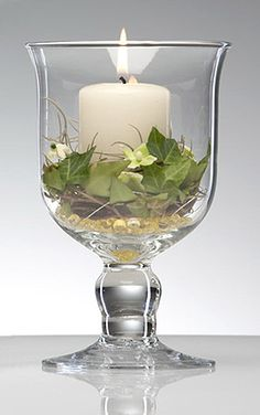Photophore sur pied - Splendide, ce photophore géant mettra en valeur vos centres de tables et buffets. Remplissez le également à votre guise de sable décoratif, de fleurs, de perles ou de pétales de roses. Pratique, il peut également servir de contenant à dragées... http://www.mariage.fr/shop/le-photophore-en-verre-sur-pied-geant-luxe-mariage-decoration-de-table-mariage.htm