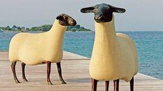 Deux des 250 exemplaires de la série <i>Mouton Transhumant</i> en époxystone et bronze, créée en 1988 par François-Xavier Lalanne.