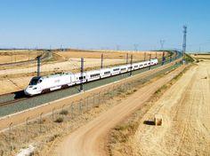 Tren de la serie 130 circulando por una línea de alta velocidad
