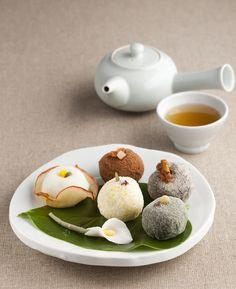 tea and tteok (떡), rice cakes.Korean tea and tteok (떡), rice cakes. Korean Rice Cake, Korean Sweets, Korean Dessert, Japanese Sweets, Korean Food, Asian Desserts, Asian Recipes, Mochi, Cute Food