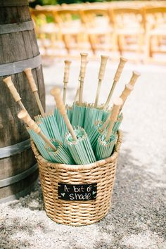 Un peu d'ombre pour vos invités à leur pariage  #ombrelle #wedding #ombre…