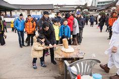2016년 설날풍경, Korean Lunar New year day 서울시내의 국립민속박물관, 운현궁, 남산골한옥마을에서의 설날 행사와 풍경입니다.. 봉산탈춤, 각설이, 사자놀이, 사물놀이, 버나놀이등의 공연과 한국 전통의 놀이, 음식등이 다양하게 소개 되었습니다.. 공연내용도 있으니 즐거운 감상바랍니다.. #국립민속박물관 https://en.wikipedia.org/wiki/National_Folk_Museum_of_Korea #운현궁 https://en.wikipedia.org/wiki/Unhyeongung #남산골한옥마을 https://en.wikipedia.org/wiki/Namsangol_Hanok_Village #봉산탈춤 -#사자춤 -설날 국립민속박물관 2016 https://youtu.be/prgGsPgOYFg 봉산탈춤-#미얄할미영감춤-설날 국립민속박물관마당2016 https://youtu.be/tfMIai0ttno
