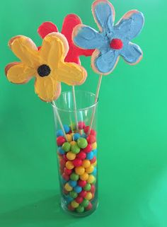 So cool! The blog post describes how to make your own cookie cutter! Aren't these flower cookies adorable?
