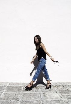 rolled up jeans and heels. yes