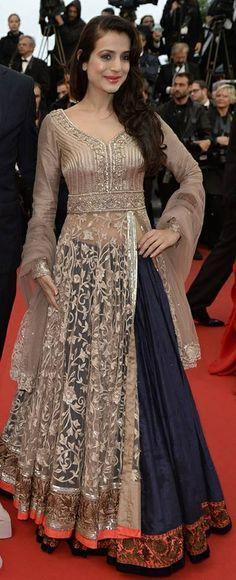 Amisha patel in manish malhotra lehenga. Indian Gowns, Indian Attire, Pakistani Dresses, Indian Wear, Indian Outfits, India Fashion, Asian Fashion, Moda India, Kaftan