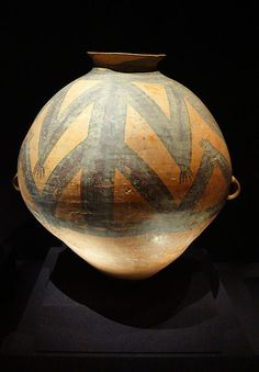 SHANG - Painted pottery pot with frog motifs. Majiayao Culture Neolithic era, B. In China, Chinese Culture, Chinese Art, Pottery Painting, Painted Pottery, Antique Pottery, Pottery Art, Vases, Cerámica Ideas