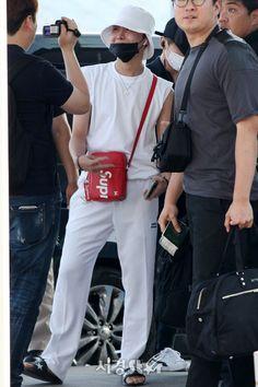 Jung Hoseok, Bts Airport, Airport Style, Airport Fashion, Hope Fashion, Mens Fashion, Rapper, Bts J Hope, Bts Pictures