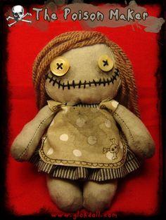 Dans sa chaumière cachée au fond des bois, elle prépare les fioles et onguents pour ensorceler ceux qu'elle veut manipuler.Sous ses airs de jolie petite poupée, elle souhaite en secret créer le poison parfait, qui lui permettra de tous nous posséder...
