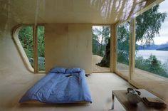 Um ambiente aberto junto a natureza  com uma arquitetura mais despojada e tranquila refletem paz e serenidade #architecture #design #nature #room #inside