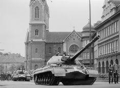 Ruské tanky v srpnu 1968 na Chodském náměstí v Plzni. Thunder Strike, Tank Armor, Combat Gear, Battle Tank, Armored Vehicles, War Machine, Prague, Military Vehicles, Wwii