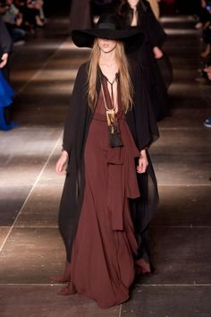 Boho: El nuevo look bohemio - Harper's Bazaar Fashion Mode, Fashion Week, Look Fashion, Runway Fashion, Fashion Show, Womens Fashion, Modern Witch Fashion, Paris Fashion, Haute Couture Style