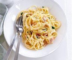 Cea mai populara reteta de paste italienesti, Carbonara este si pe placul copiilor, acestia fiind foarte incantati de sputul spaghetelor! Reteta originala contine pancetta, un fel de bacon sau kaizer romanesc, insa mai ales atunci cand gatesti pentru copii, trebuie sa incerci sa renunti a o folosi, gustul spaghetelor nefiind cu nimic mai prejos fata