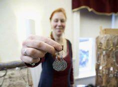 Erika Jägers på Medeltida-hantverk visar ett par Keltiska örhänge gjord i läder och tenntråd