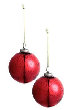 Balenie 2vianočných ozdôb: Vianočné ozdoby zpatinovaného skla svyrytými hviezdami. Kovové uško so šnúrkou na zavesenie. Priemer asi 8cm.