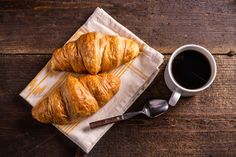 Breakfast with coffee and croissants Coffee Tasting, Coffee Cafe, Coffee Shop, Coffee Milk, Milk Tea, Coffee Photography, Food Photography, Crockpot Recipes, Chicken Recipes