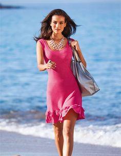 Das Strandkleid mit Rüschen: ein Hauch Romantik für Ihren Beach-Auftritt.