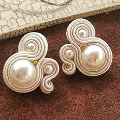 #soutache #personalizados #pedidoalpormayor #variedades Handmade Wire Jewelry, Handmade Necklaces, Boho Jewelry, Jewelery, Fashion Jewelry, Soutache Tutorial, Tree Of Life Jewelry, Soutache Necklace, Earring Trends