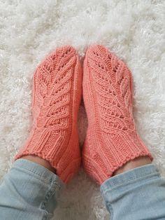 Villasukkien viemää: Nopeat pitsisukat Crochet Socks, Knitted Slippers, Knitting Socks, Knit Crochet, Crochet Chart, Cool Socks, Fun Projects, Leg Warmers, Mittens