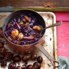Een klassieker die je niet mag overslaan: rode kool met kastanjes. Dit gerechtje is hartstikke lekker in de herfst, maar ook in de winter kun je dit gerechtje gerust eten. Heb je nog nooit gewerkt met kastanjes? Je leest hier meer over kastanjes. Vegan Vegetarian, Paleo, Jamie Oliver, Yummy Food, Tasty, Recipies, Veggies, Meals, Dinner