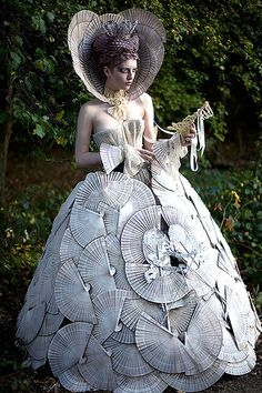 Wonderland - 'The White Queen' - Kirsty Mitchell Photography White Queen Costume, Foto Fantasy, Diy Fashion, Fashion Trends, Young Fashion, Recycled Fashion, Fantasy Costumes, Mode Vintage, Costume Design