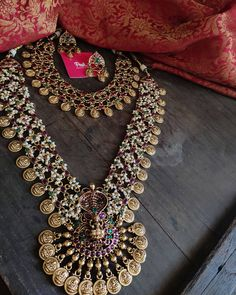 South Indian Bridal Jewellery, Indian Wedding Jewelry, Wedding Jewelry Sets, Kerala Jewellery, Wedding Accessories, Hair Accessories, Antique Jewellery Designs, Gold Jewellery Design, Gold Jewelry