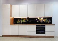 Nowoczesna kuchnia z akrylowymi frontami w kolorze magnolii. Wszystkie fronty otwierane bezuchwytowo.