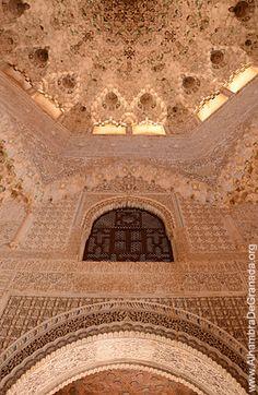Información y fotos de la Sala de Dos Hermanas de la Alhambra. El nombre de la Sala de Dos Hermanas se debe a las dos grandes losas gemelas de mármol que se encuentran en el piso de la sala. A través de esta sala se accede a las Habitaciones de Carlos V y comunica con los Jardines del Partal a través de un balcón.