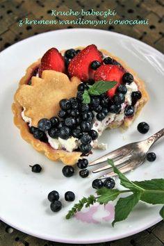Kruche babeczki z kremem waniliowym i owocami | sio-smutki! Monika od kuchni Pancakes, Cookies, Baking, Breakfast, Food, Biscuits, Bread Making, Morning Coffee, Meal