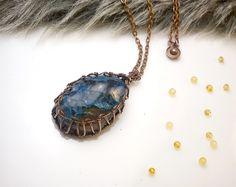 Fotogaléria šperkov, drôtený, tepaný a patinovaný medený šperk, drôtikovaný prívesok s minerálom, šperky s kameňom, chryzokol.