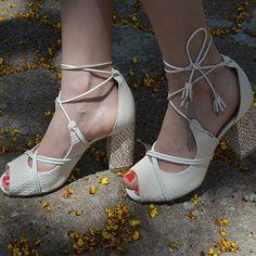 Detalhe especial do look da @elainspira: sandália cheia de amarrações da coleção #tanarasummer