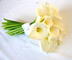 Buquê de noiva com copo-de-leite e minipérolas adornando o cabo