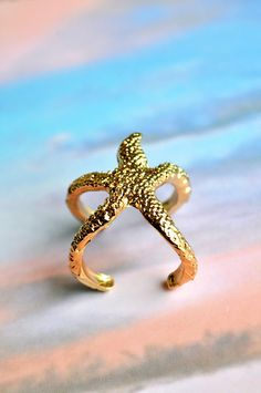 starfish ring. Saw this in LA and it was super expensive but super cute. I'm obsessed. Cheap Rings, Cheap Jewelry, Cute Jewelry, Jewelry Box, Jewelry Rings, Gold Jewelry, Estrela Do Mar, Fashion Accessories, Jewelry Accessories