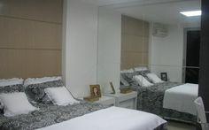 Espelhos na parede ou em portas de armários também ajudam a dar a impressão de que o espaço é extenso. Foto: Divulgação