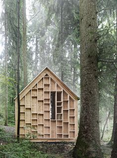 The architect Bernd Riegger has built a refugee house in the middle of the Wolfurt's forest in Austria. The facade made of empty cases and a panoramic win Timber Cabin, Insect Hotel, Cabin In The Woods, Small Buildings, Wooden House, Architecture Details, Timber Architecture, Planer, Interior And Exterior