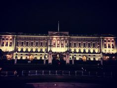 God save the Queen  #buckinghampalace #monolocale #congiardino #noperditempo  #london #loveu #together #twoheads #tbt #magic #city #traveling #around #world #heartbeat #likeforlike #lightning #skylovers #tagsforlikes #uk #igers #igdaily #iglondon #photooftheday #instagood by siriasmagic