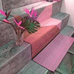 Un tapete le puede dar mucha vida y personalidad a tus espacios, además es un accesorio muy versátil que puedes cambiar por temporadas. En esta ocasión, te damos una idea de diseño de interiores que puedes aplicar a tu habitación favorita. YE