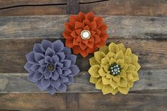 TUTORIAL: DIY Felt Flowers. Great for making pins, broaches and headbands and other DIY gifts. Click to download free printable pattern. | MakeAndDoCrew.com