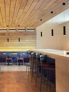 Minimalistisch und funktional ist Designleuchte Faro Ora. Als schmale Metallröhre hängt die Pendelleuchte von der Decke ab und richtet mit kleiner Öffnung konzentriertes Leuchten nach unten. Von punktgenauem Licht werden mit dieser Leuchte Tischflächen erhellt, die sich klassischerweise in Küchen, Esszimmern oder Räumen der Gastronomie befinden. So unaufdringlich wie die Leuchtenform sind die möglichen Farbvarianten der Pendelleuchte. Faro Ora schmückt …