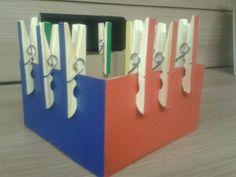 Pregadores coloridos para estimular coordenação motora fina, preensão e pareamento.