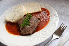 o varení, živote a tak...: Hovädzie mäso s rajčinovou omáčkou a parenou knedľou Beef, Food, Cooking, Meat, Essen, Meals, Yemek, Eten, Steak